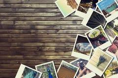 Ram med gamla fotografier av papper, träbakgrund Arkivfoto