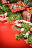 Ram med julgran- och tappninggarneringar arkivbilder