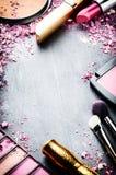 Ram med olika makeupprodukter arkivbilder