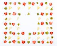 Ram med skivor av jordgubbar och skivor av citronen Arkivbilder