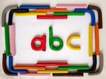 ram med stänger av plasticine- och abc-bokstäver i olika färger royaltyfria bilder