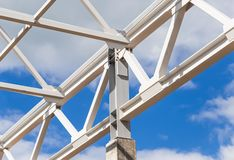 Ram- och konstruktionslantgårdar för vit metall av en byggnad arkivfoto