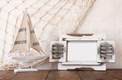 Ram och segelbåt för gammal tappning trävit på trätabellen tappning filtrerad bild nautiskt livsstilbegrepp royaltyfria bilder