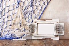 Ram och segelbåt för gammal tappning trävit på trätabellen tappning filtrerad bild nautiskt livsstilbegrepp royaltyfri fotografi
