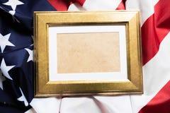 Ram på amerikanska flagganbakgrund - bild arkivfoto