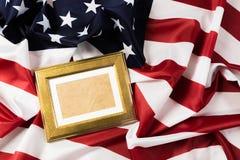 Ram på amerikanska flagganbakgrund - bild arkivfoton
