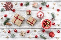 Ram på julbakgrund av gammalt trä Xmas-objekt Gåvor för älskade Top beskådar royaltyfri fotografi