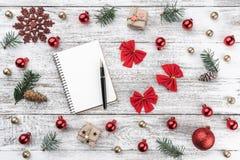 Ram på julbakgrund av gammalt trä Xmas-objekt greeting lyckligt nytt år för 2007 kort Top beskådar arkivfoton