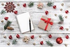 Ram på julbakgrund av gammalt trä Xmas-objekt Hälsningkort och gåva för älskade Top beskådar fotografering för bildbyråer