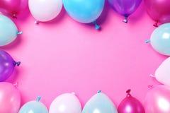Ram som göras av ballonger på färgbakgrund, bästa sikt royaltyfri foto