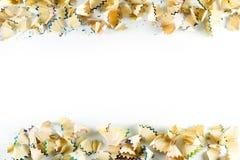 Ram som göras av färgblyertspennashavings på en vitbok Royaltyfri Fotografi
