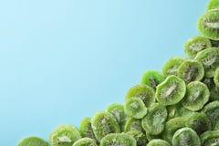 Ram som göras av kiwi på färgbakgrund, bästa sikt med utrymme för text royaltyfri foto