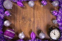 Ram som göras av lilor och silverjulstruntsaker och klocka Arkivfoto