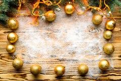 Ram som göras med granfilialer och julpynt, copyspac Arkivbilder