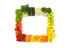 Ram som göras ut ur isolerade frukter och grönsaker på vit arkivfoton