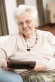 ram som ser fotografipensionärkvinnan arkivfoto