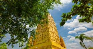 Ram Wat Chom Phos ta Ya, Bodh-gaya goldene Pagode simulieren von der heiligen Stätte bei Indien stock footage