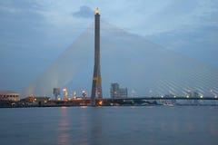 Rama国王桥梁VIII在晚上微明下 曼谷泰国 库存图片