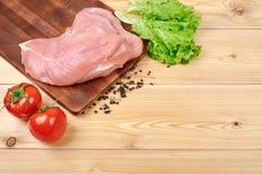 Rama świezi warzywa i żywienioniowy mięso na drewnianym tle Zdrowy naturalny jedzenie na stole z kopii przestrzenią _ obraz stock