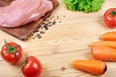 Rama świezi warzywa i żywienioniowy mięso na drewnianym tle Zdrowy naturalny jedzenie na stole z kopii przestrzenią _ obrazy royalty free