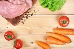 Rama świezi warzywa i żywienioniowy mięso na drewnianym tle Zdrowy naturalny jedzenie na stole z kopii przestrzenią _ fotografia stock