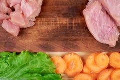 Rama świezi warzywa i żywienioniowy mięso na drewnianym tle Zdrowy naturalny jedzenie na stole z kopii przestrzenią _ zdjęcia royalty free