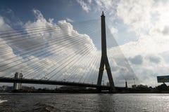 Rama 8桥梁剪影在曼谷,泰国 图库摄影