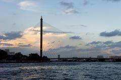 Rama 8桥梁剪影在曼谷,泰国 库存图片