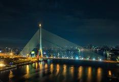 Rama 8 Brücke nachts in Bangkok Stockbild