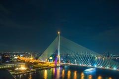 Rama 8 Brücke nachts in Bangkok Lizenzfreie Stockfotos