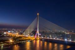 Rama 8 Brücke nachts in Bangkok Lizenzfreies Stockfoto