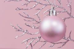 Rama brillante con monocromo rosado de la chuchería de la Navidad imagen de archivo