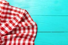Rama czerwona szkockiej kraty tekstura na błękitnej drewnianej kuchni Odgórnego widoku i kopii przestrzeń Egzamin próbny Up Obraz Royalty Free