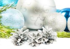 Rama de árbol de abeto del Año Nuevo y tres conos en el fondo blanco fotografía de archivo