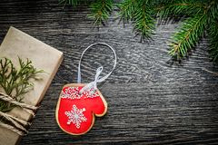 Rama de árbol de abeto de la caja del regalo de Navidad en el tablero de madera Foto de archivo libre de regalías
