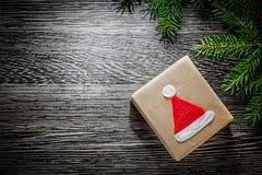 Rama de árbol de abeto de la caja de regalo de la Navidad en el tablero de madera Imagen de archivo
