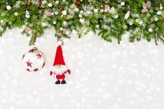 Rama de árbol de abeto de la Navidad con Papá Noel y decoración en el fondo de madera blanco Copie el espacio imagenes de archivo