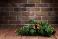 Rama de árbol de abeto de la Navidad en la tabla de madera Imagenes de archivo