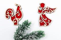 Rama de árbol de abeto del concepto de la Navidad, ángel de madera rojo de los juguetes y coc Imagenes de archivo