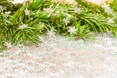Rama de árbol de abeto y chuchería de los juguetes de la Navidad con confeti Imágenes de archivo libres de regalías