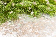 Rama de árbol de abeto y chuchería de los juguetes de la Navidad con confeti Fotografía de archivo