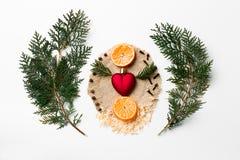Rama de árbol de navidad, decoración del corazón de Navidad, Año Nuevo del mandarín en blanco Concepto creativo del día del ` s d Fotografía de archivo libre de regalías