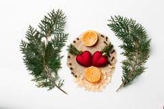 Rama de árbol de navidad, decoración del corazón de Navidad, Año Nuevo del mandarín en blanco Concepto creativo del día del ` s d Imágenes de archivo libres de regalías