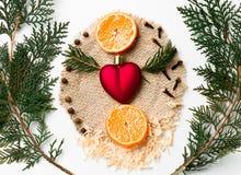 Rama de árbol de navidad, decoración del corazón de Navidad, Año Nuevo del mandarín en blanco Concepto creativo del día del ` s d Fotos de archivo libres de regalías