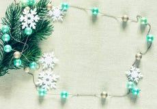 Rama de árbol de navidad, gotas guirnalda, copos de nieve Fotografía de archivo