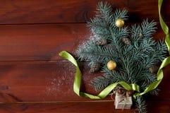 Rama de árbol de navidad plana de la endecha en los tableros de madera Foto de archivo libre de regalías