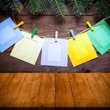 Rama de árbol de navidad y pinzas coloreadas con los marcos de la foto Foto de archivo libre de regalías