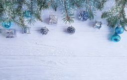 Rama de árbol, decorativo estacional del marco del saludo del diseño del regalo de la bola en el fondo de madera blanco, nieve imagenes de archivo