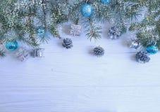 Rama de árbol, decorativo estacional de saludo del diseño del regalo de la bola en el fondo de madera blanco, nieve fotos de archivo libres de regalías