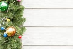 Rama de árbol en fondo de madera rústico foto de archivo libre de regalías